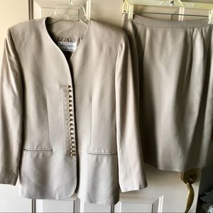 Like new 2 pc suit sz 8 in khaki color